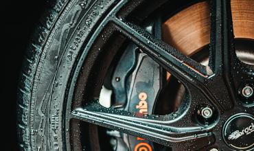 Image d'illustration de plaquettes de freins sur une roue