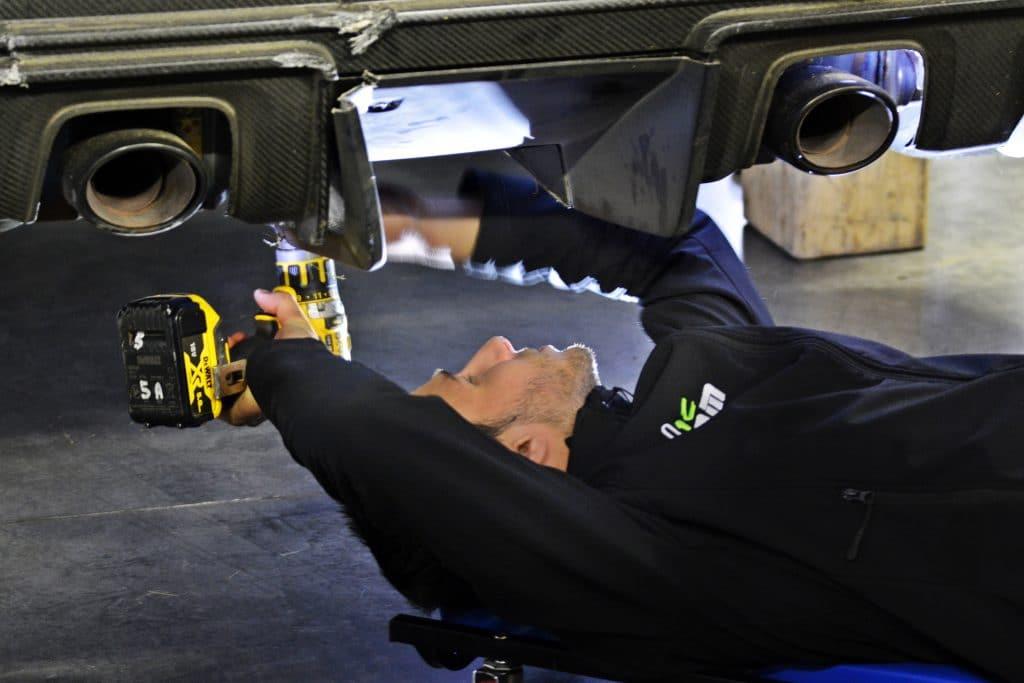 image d'un mécanicien sous une voiture