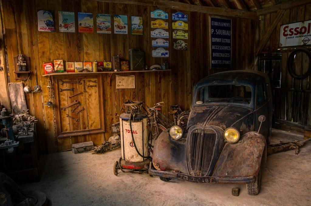 Ancienne citroen dans un vieux garage